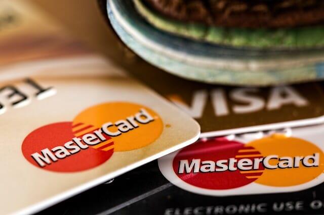 Il vaut mieux avoir 2 cartes bancaires pour un voyage en solo