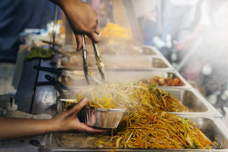 Profitez de voyager seul pour goûter la street-food !